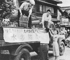 メンバーによる援助物資運搬